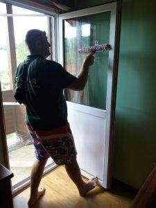 Почистване на прозорците на вила в покрайнините на Копривщица