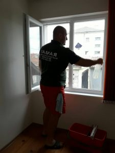 Почистване на прозорци в Дълго поле.