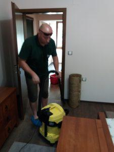 Започва прахосмукирането на помещенията на вилата в Дедово, Пловдивско