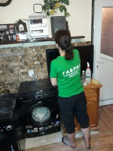 Почистване на праха от мебелите
