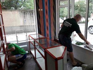 Почистване на прозорците и рафтовете в магазин в кв. Кичука в Пловдив