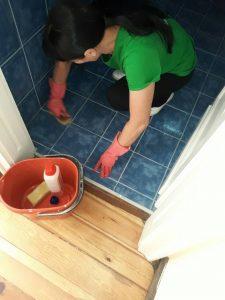 Почистване на фугите по пода в баня.