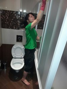 Почистване на душ-кабина, вана, тоалетна, мивка и плочки в баня