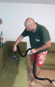 Впръскване на вода и препарат при машинно пране на диван.