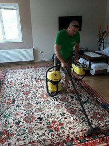 Прахосмукиране на килим в с. Първенец.