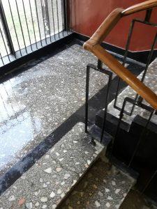 Почистено стълбище и перила на вход.