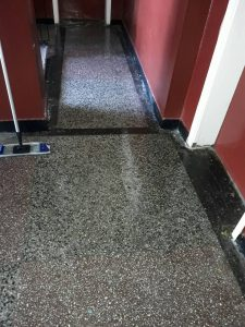 Почистена площадка на етаж.