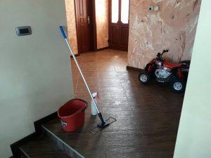Антре и коридор в къща в с. Бресник - абонаментно почистване.