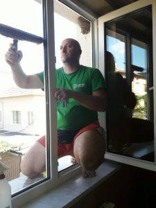 Почистване на прозорци на къща в Куклен.