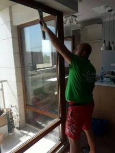 Почистване на стъклата на апартамент в Марица Гардънс в Пловдив.