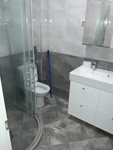 Душ-кабина с тоалетна за почистване.