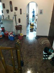 Поддържащо почистване на хол в апартамент.