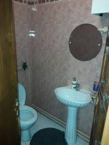 Почистена тоалетна при подържащо почистване на апартамент.