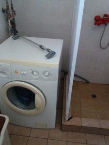 Баня - почистена пералня и душ-кабина.