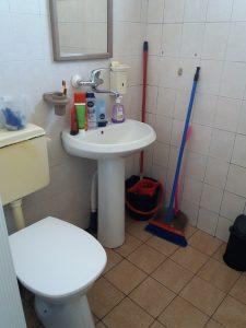 Почистена вече част от баня.