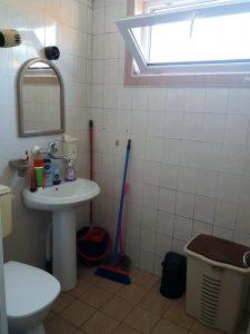 Баня - почистени умивалник и тоалетна.