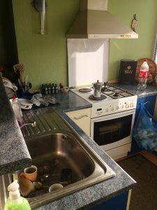 Непочистена кухниа.