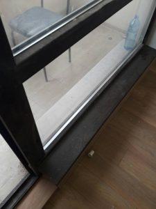 Прозорци преди почистване в апартамент след ремонт.
