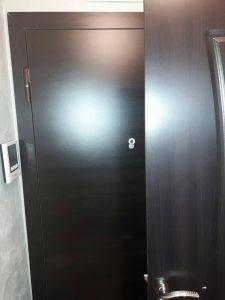 Полирана входна врата в Оазис 5 в Пловдив.