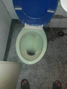 Тоалетна в студентско общежитие - преди почистване.