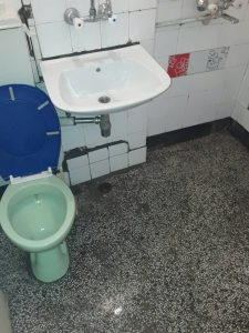 Тоалетна в студентско общежитие - след почистване.