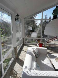Вътрешно почистване на прозорците на къща.