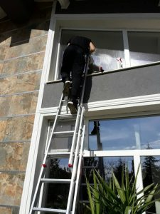 Външно почистване на прозорци на втори етаж.