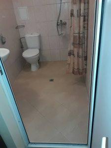 Почистена баня - под, санитария, батерии, врата, въздуховод.