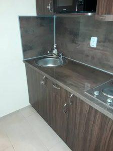 Отстранен котлен камък от мивка и чешма, почистени кухненски шкафове.