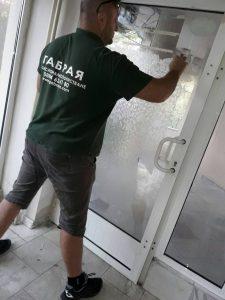 Отстраняване на фолио от стъкла.