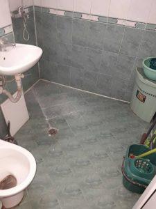 Баня и тоалетна преди почистването.