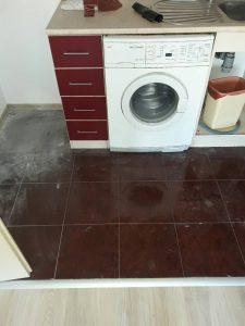 Под преди почистването.