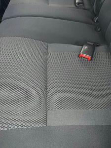 Изпрани седалки на кола тойота.