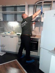 Вътрешно почистване на шкафове в кухня.