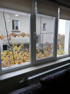 Почистени дограма и стъкла на прозорци след ремонт.