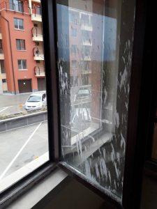 Замърсени със строителен материал прозорци в кв. Коматево.