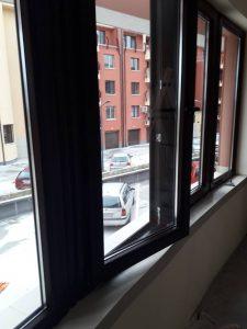 Основно почистени дограми и стъкла на прозорци - след строителна дейност.