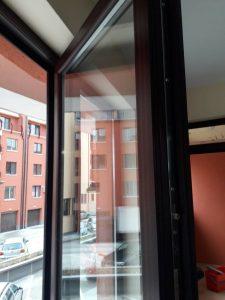 Перфектно отстранени строителни налепи от стъклата и дограмите - кооперация в кв. Коматево.