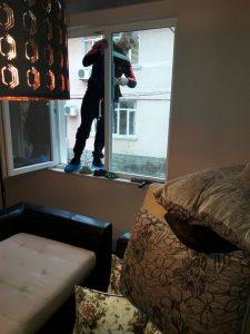 Почистване на прозорци (с дограмите).