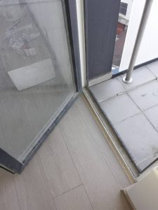 Тераса и врата преди да бъдат почистени.