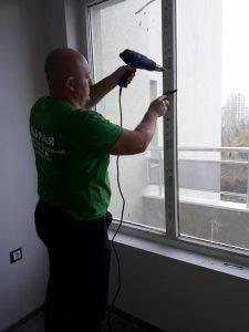 Отстраняване на лепенки от дограма с помощта на горещ въздух.