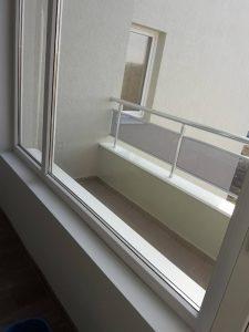 Почистени от фолио и строителни замърсявания прозорци.