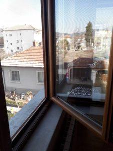 Почистени дограма и стъкла на прозорец.
