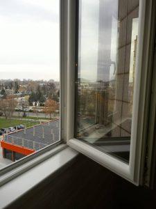 Прозорци почистени след ремонт.
