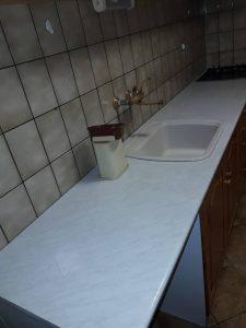 Почистен кухненски плот , мивка, кошче.