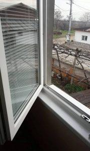Прозорец с почистени дограми и стъкла.