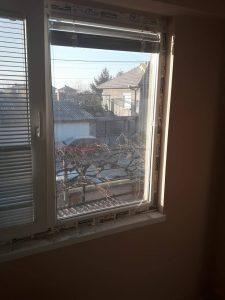 Прозорци с лепенки по дограмата.