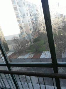 Прозорци на жилищен жвход на блок - непочистени.