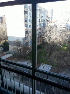 Почистени прозорци на вход на блок.