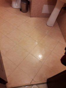Почистен под на банята.